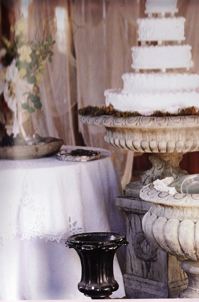 Wedding tablecloth with the romance of Battenburg Lace: the finishing touch to a beautiful wedding cake table